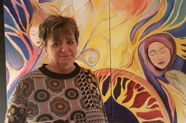 Eller Mária az Álom a közösségi szeretetről c. festmény előtt