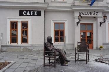 Juhász Ferenc szobra a róla elnevezett biatorbágyi Művelődési Központ előtt  Sásdi Zoltán fotója